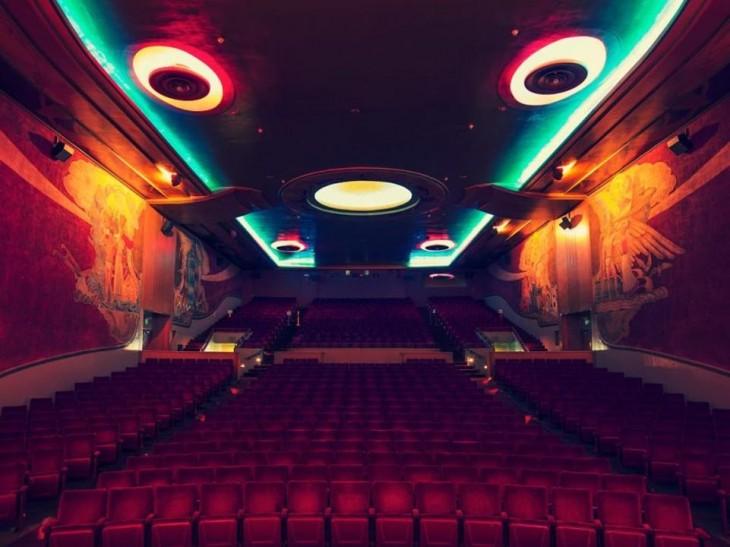Imagen tomada de frente en un cine en California con un estilo moderno y decoración romana