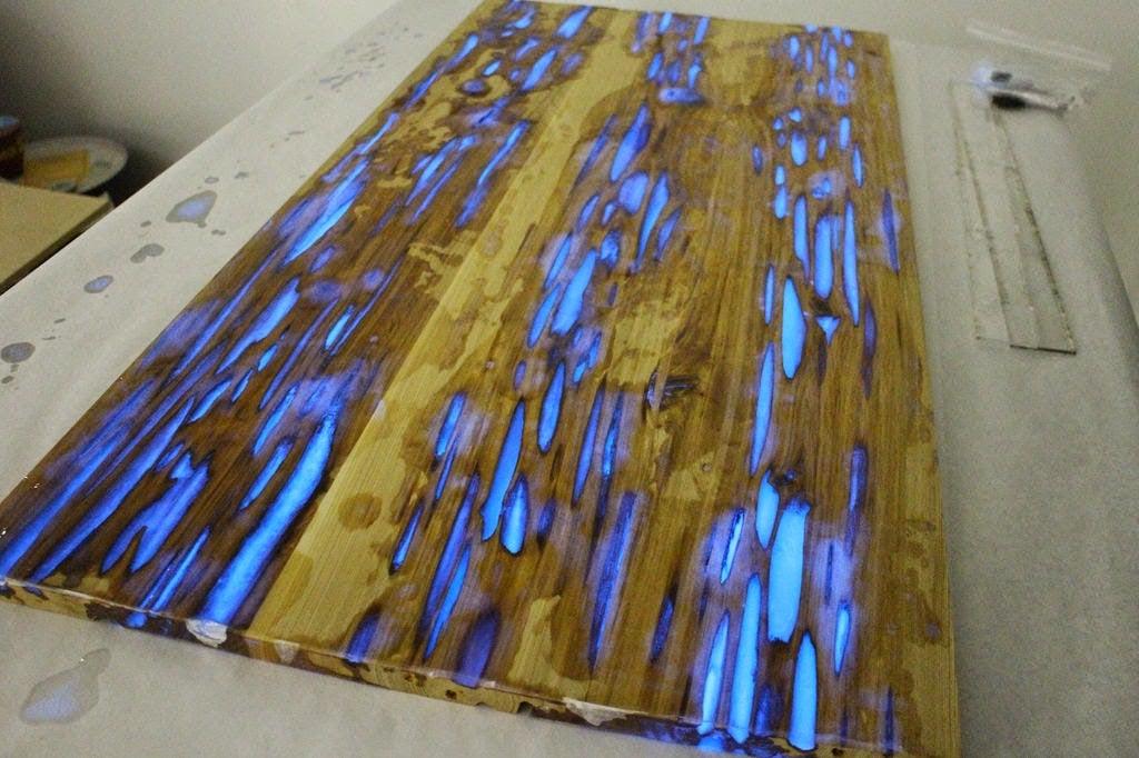 Un dise ador muestra como hacer una mesa que brilla en la for Resina epoxi madera
