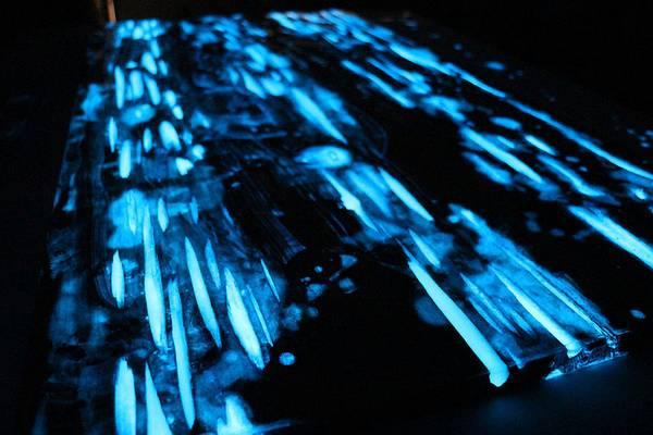 Mesa que brilla en la oscuridad y tiene un color azul