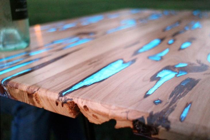 Fotografía de una parte de la mesa que brilla en la oscuridad
