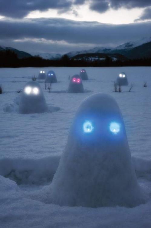 cabezas de nieve en el hielo con luces celestes en los ojos