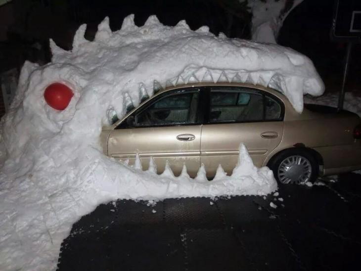 Muñeco de nieve tiranosaurio come auto