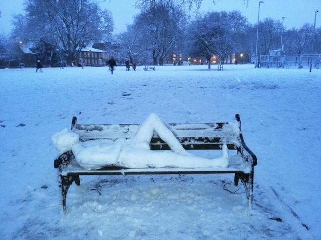 Muñeco de nieve recostado en un banco