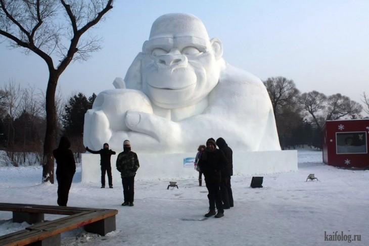 Muñeco de nieve mono gigante