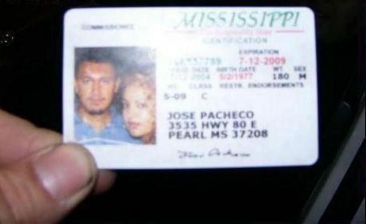Licencia de conducir con foto de él y su novia