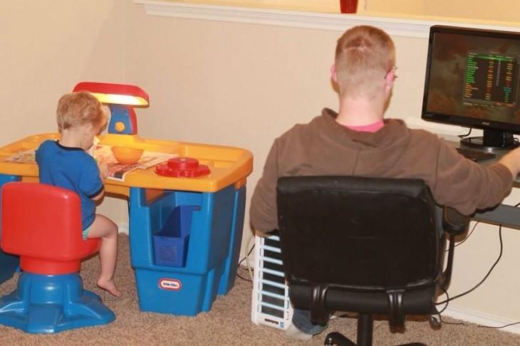 Padre e hijo sentados en unas mesas haciendo lo mismo