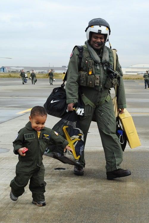 Padre e hijo vestidos de pilotos en un aeropuerto