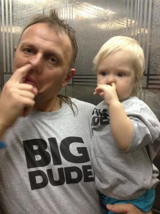 Padre e hijo con el dedo en la nariz