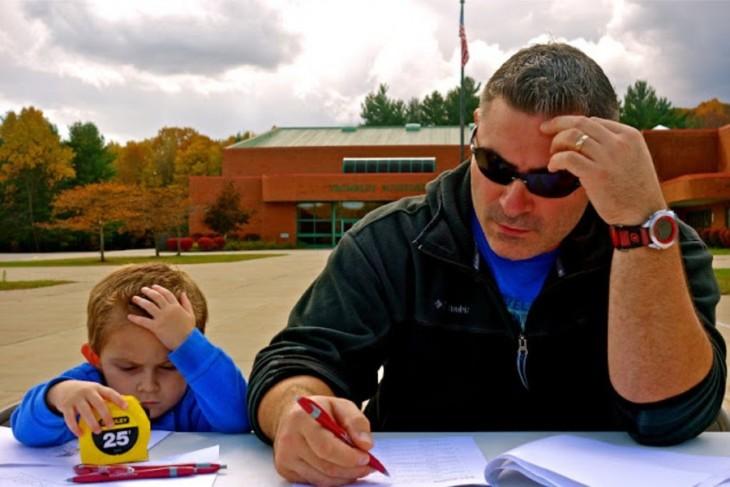 Padre e hijo pensativos con la mano en la cabeza