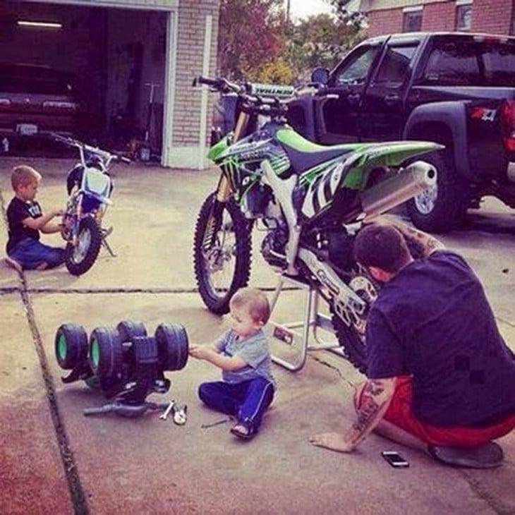 Padre con sus hijos arreglando sus motocicletas