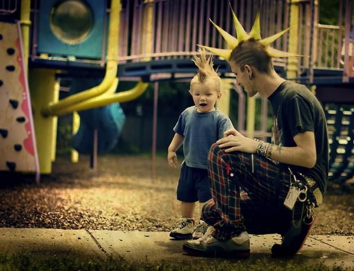 Padre e hijo en un parque con el mismo peinado