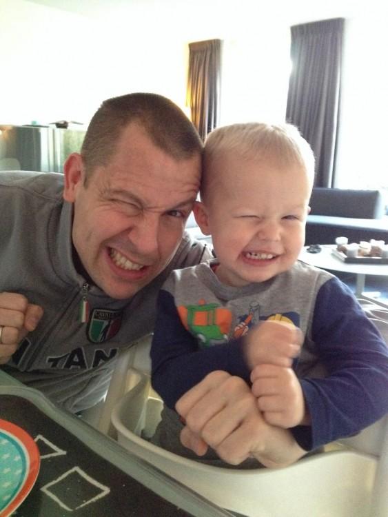 Padre e hijo haciendo la misma mueca