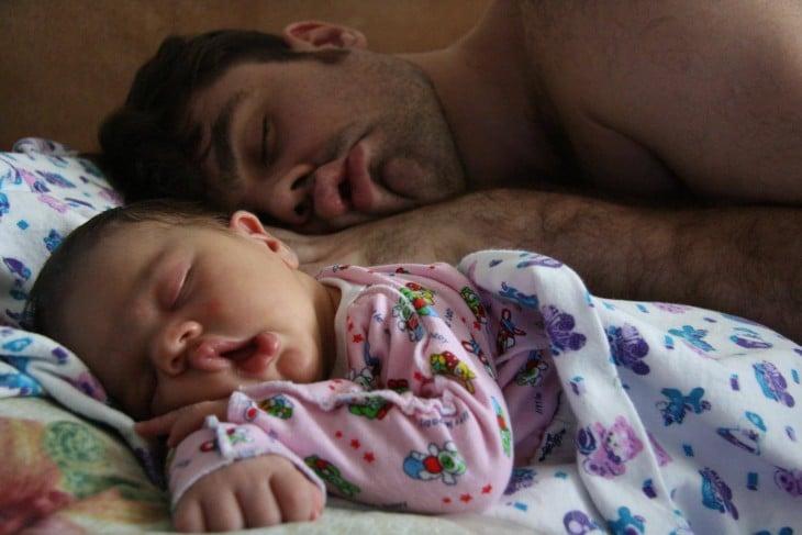 Padre e hija dormidos con la misma pose