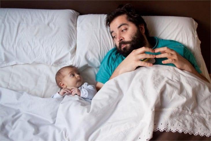 Padre e hijo acostados viéndose el uno al otro