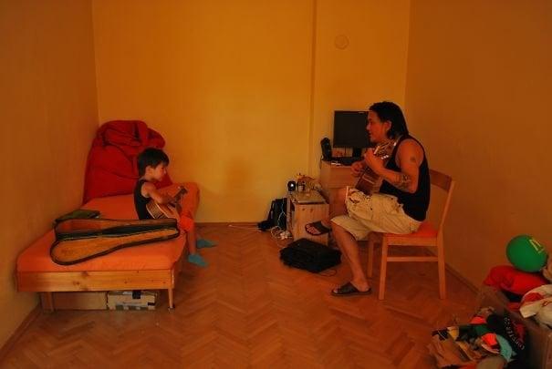 Un padre enseñando a su hijo a tocar la guitarra