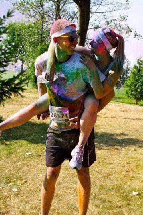 chica sobre la espalda de su novio llenos de pintura