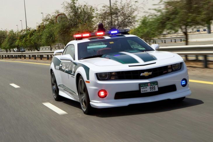 Camaro SS patrullando en las carreteras de Dubai