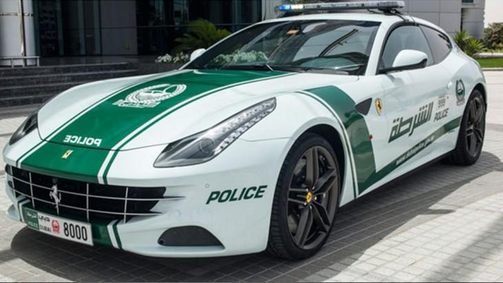 Mercedes Benz que es una patrulla de la policía de Dubai