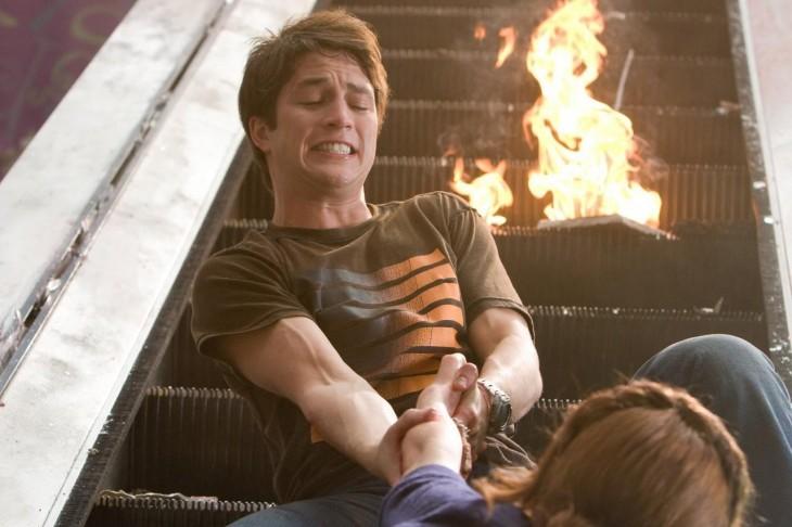 Escena de una película donde el chico esta salvando a una chica de caer por unas escaleras