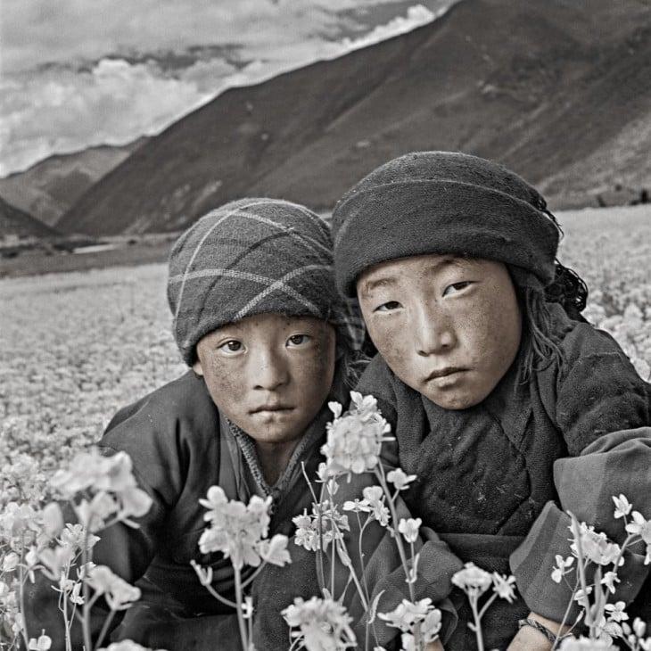 potaretrato de Phil Borges don niñas con montaña