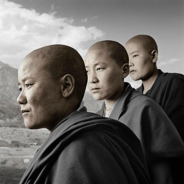 potaretrato de Phil Borges 3 monjes jovenes en blanco y negro