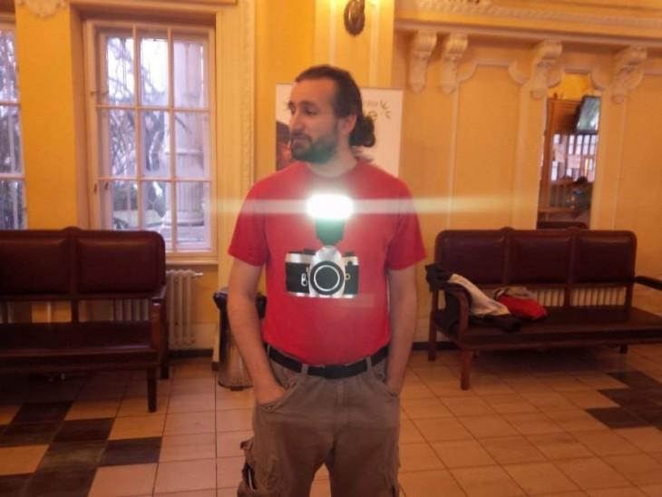 Playera con una cámara fotográfica con flash