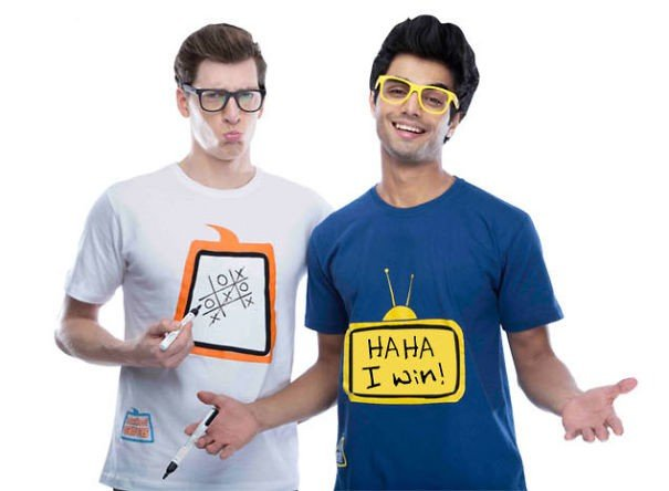 dos hombres con playeras que pueden escribirse
