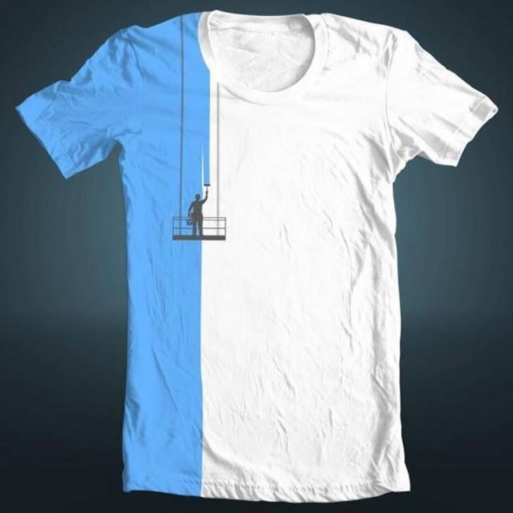 Playera en color blanco que simula tener un hombre pintándola en color azul