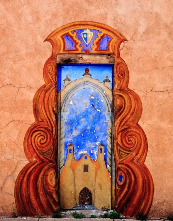 Puerta con la iglesia santa fe pintada en el centro y terminado en algunas partes de la pared