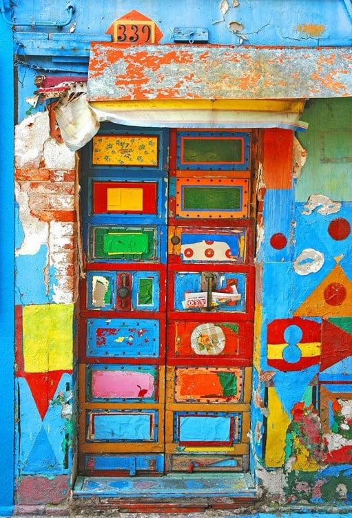 puerta de una casa con diferentes colores donde predomina el color azul, verde y amarillo