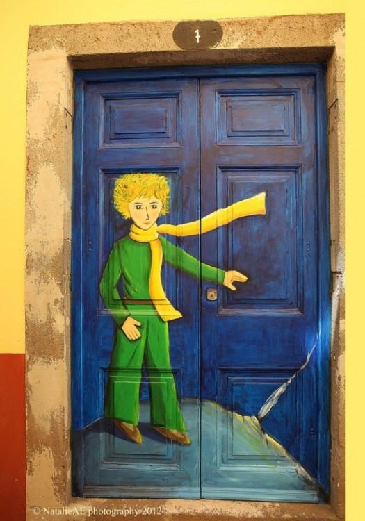 Puerta que su diseño sobre su puerta es el niño del cuento el principito