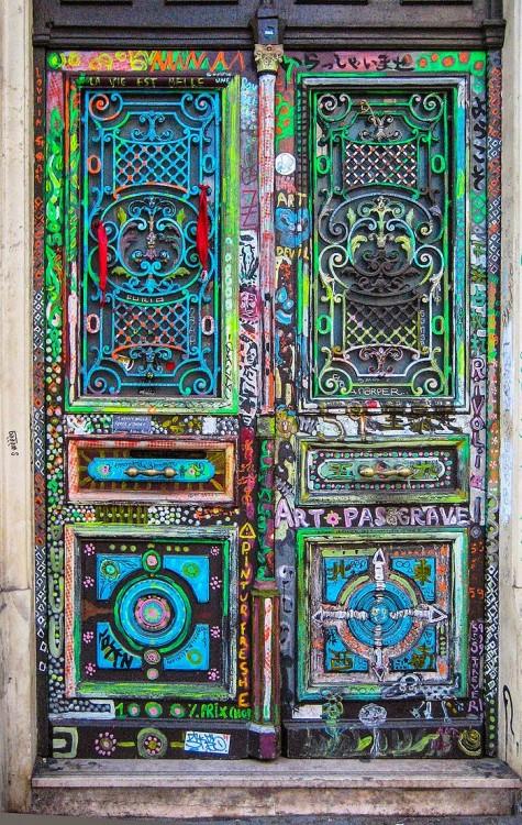 Puerta con diferentes divisores y diseños grabados. Pintados en colores tono pastel