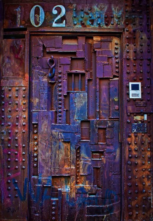 Puerta que parece ser de herrería con un interfon a un costado