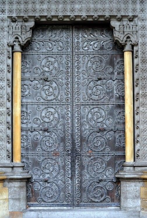 Puerta de herrería en color gris con decoración de espiral