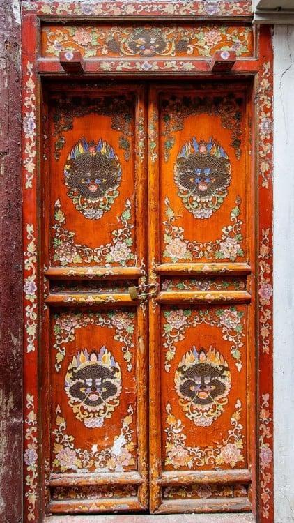 Puerta en China con cuatro separaciones y en con diseños de caras de dragones en cada una de sus cuatro separaciones