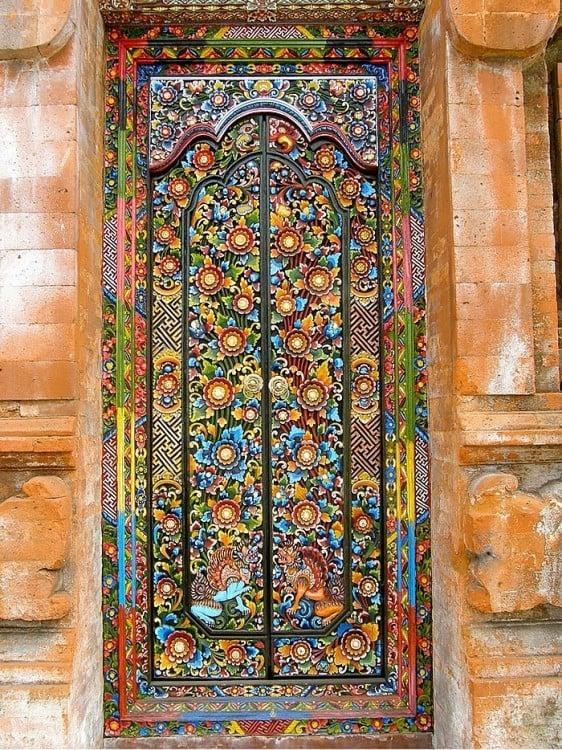 Puerta con decorado floral en la totalidad de su superficie