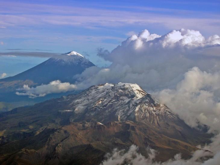 Fotografía tomada desde un avión de Volcanes Popocatépetl e Iztaccíhuatl, Ciudad de México, México
