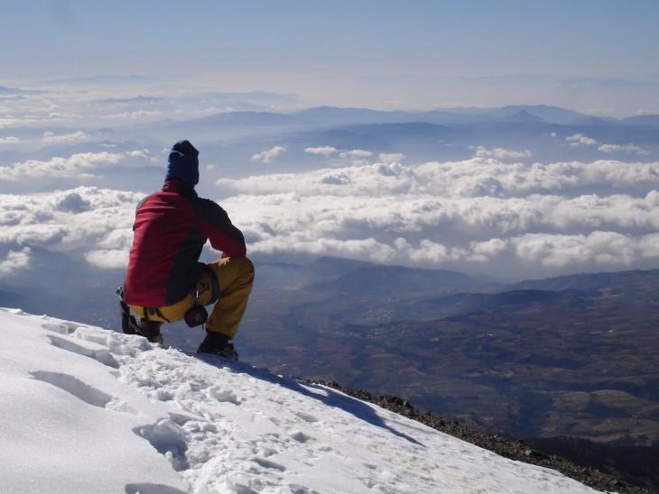 Hombre observando al horizonte en el Pico de Orizaba en Puebla México