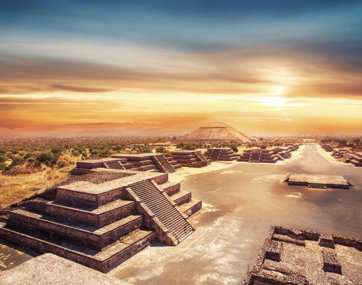 Foto de una puesta de sol sobre la Pirámide del Sol, Teotihuacán, México