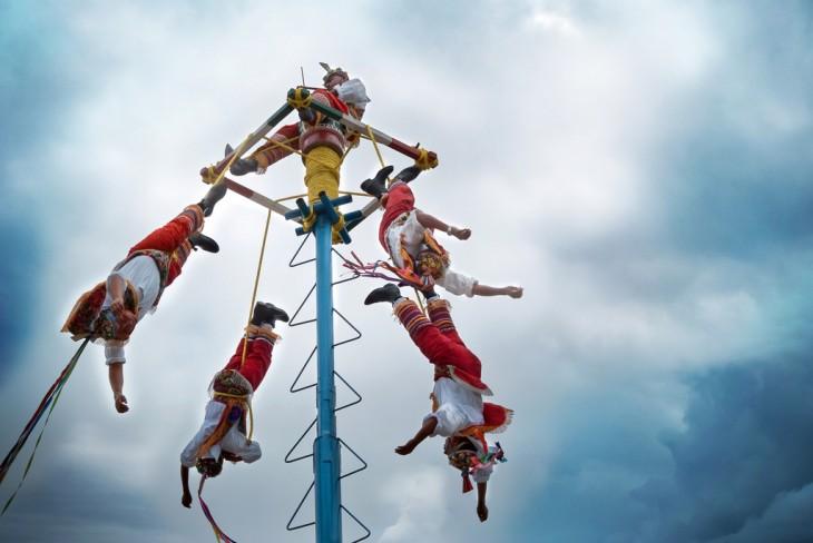 Voladores de Papantla a punto de comenzar su ritual