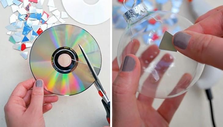Imagen que explica el proceso de cortar CDs y pegarlos a esferas navideñas