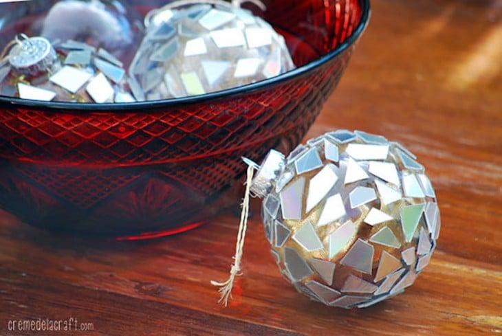 Resultado de adornar las esferas de navidad con piezas de CD