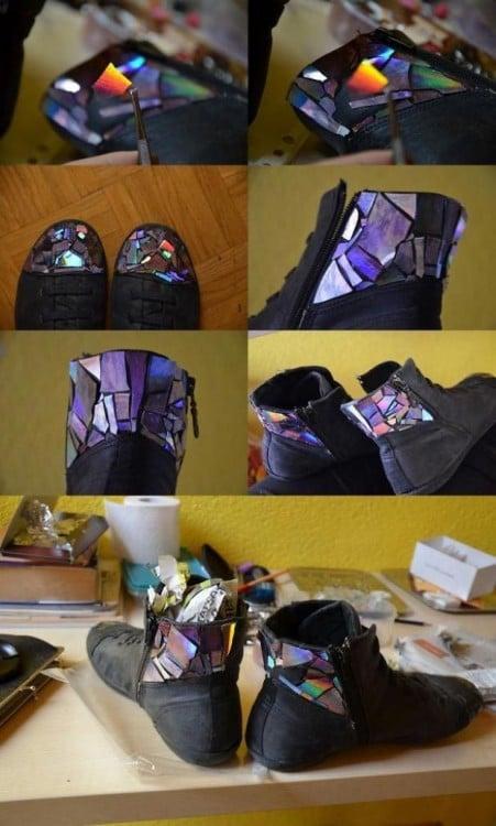 Colocar adornos a tus zapatos con piezas pequeñas de CD