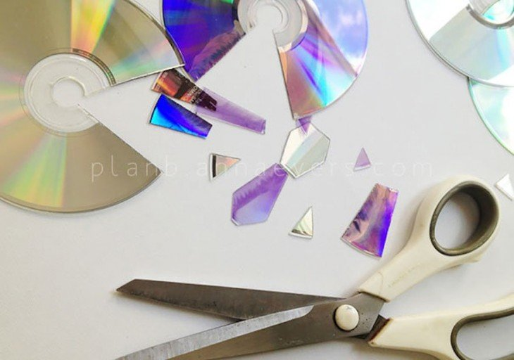 Tijeras y partes de un CD roto