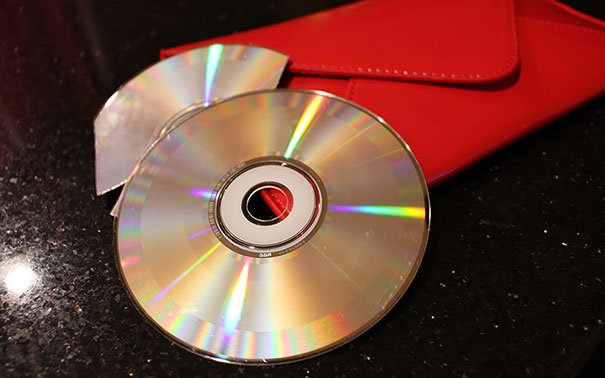 Un CD sobre un cartera en color rojo