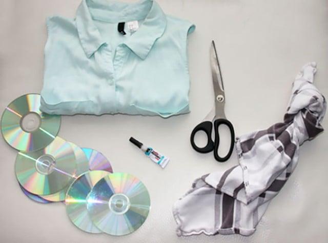 Algunos CDs, tijeras y una playera para decorar su cuello
