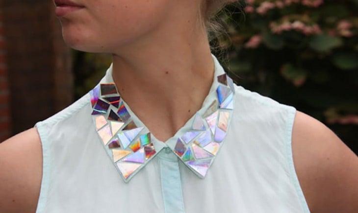 blusa con el cuello decorado con pequeñas partes de CDs