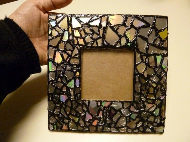 contorno de un porta retratos con piezas de CDs viejos