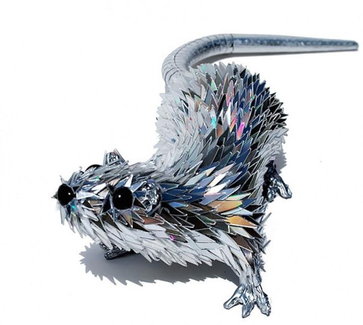 Escultura en forma de ardilla hecho con piezas de CDs
