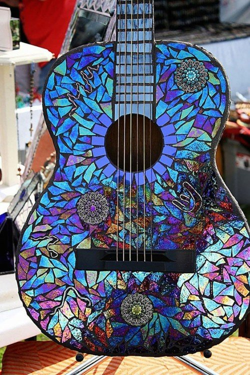 Guitarra decorada con partes de CDs